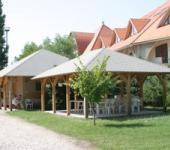 Fonyódi üdülő fedett terasz és konyhaépület
